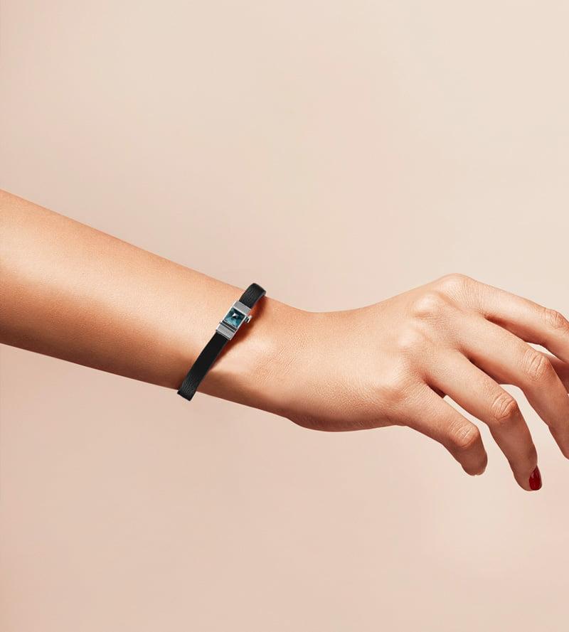 Bracelet personnalisable en cuir noir, simple tour. Cabochon interchangeable spinelle noir.