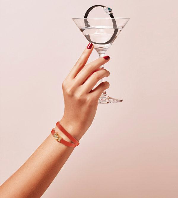 Bracelet personnalisable en cuir orange, double tour. Cabochon interchangeable motif fleur.