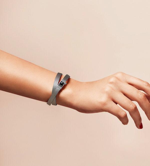 Bracelet personnalisable en cuir gris argenté, double tour.