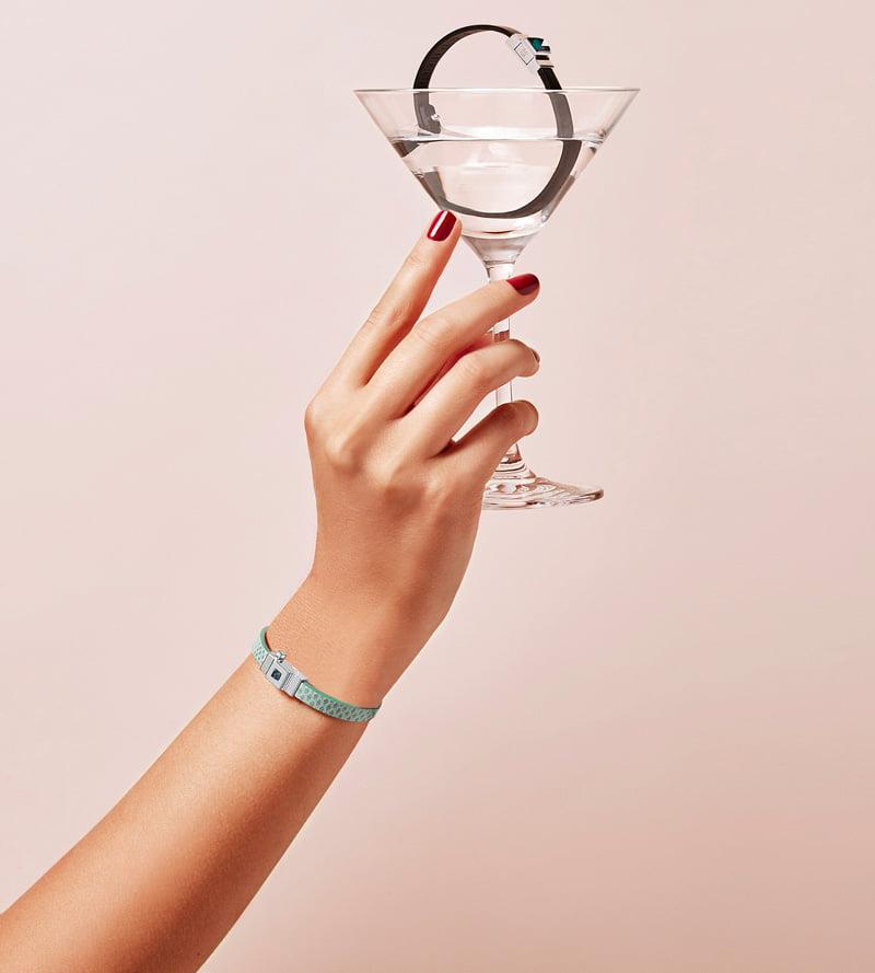 Bracelet personnalisable en cuir vert d'eau, simple tour.