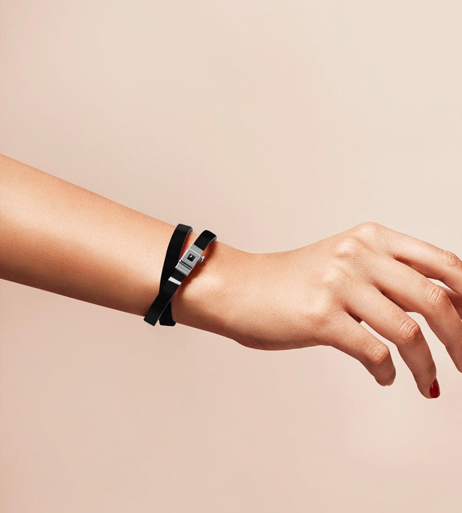 Bracelet personnalisable en cuir glossy noir, double tour.
